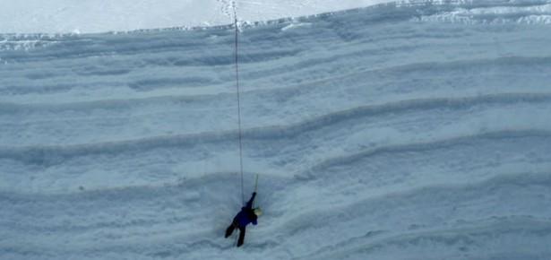 Measuring snow and firn layers at Suyuparina glacier. Photo: Christian Huggel