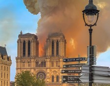 800px-Notre_Dame_on_fire_15042019-1